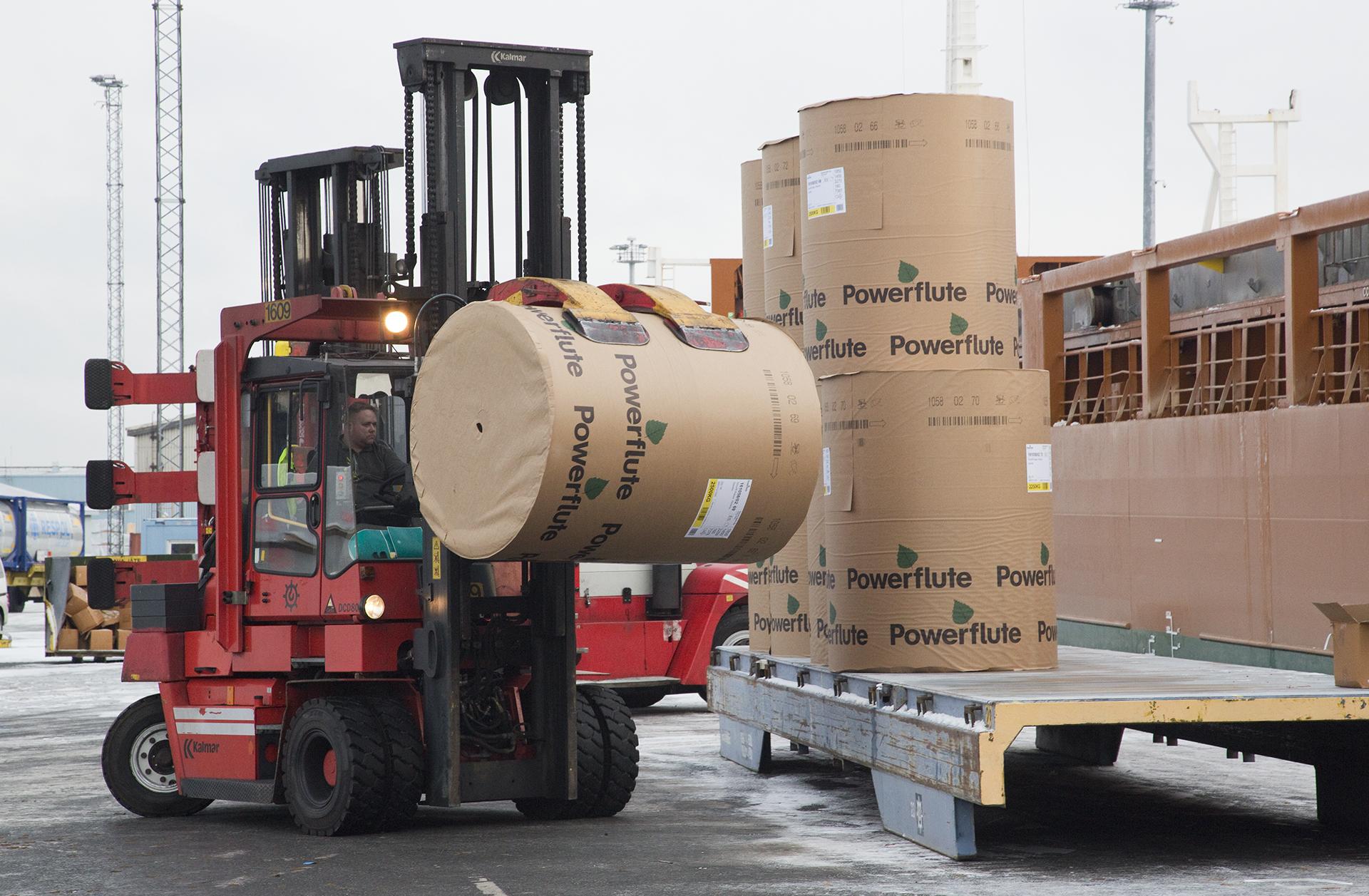 KALMAR DCD80-6 trukilla kuljetetaan paperirullia lastattavaksi laivaan.
